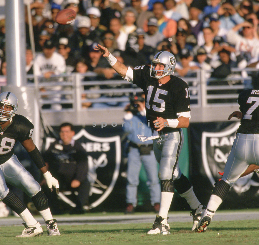 Oakland Raiders Jeff Hostetler (15) during a game from his 1993 season with the Oakland Raiders.  Jeff Hostetler played for 12 years, with 3 different teams and was a 1-time Pro Bowler.(SportPics)