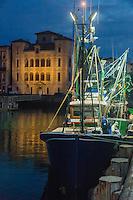 """France, Aquitaine, Pyrénées-Atlantiques, Pays Basque,   Saint-Jean-de-Luz : Au port de pêche   départ  de nuit  du Thonier Canneur """"Aïrosa""""  pour la pêche au thon à la canne, en fond Maison de l'Infante //  France, Pyrenees Atlantiques, Basque Country:  At night, at the fishing port,  departure Line tuna vessel """"Airosa"""" for tuna fishing cane, in the background Infanta of Spain's House"""