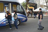 IO DE JANEIRO, RJ, 08 AGOSTO 2012 - GREVE DA POLICIA FEDERAL - OPERACAO PADRAO NO AEROPORTO - Policiais Federais em greve saem da sede da Policia Federal em direcao ao Aeroporto Internacional do Rio para realizar operacao padrao na tarde desta quarta feira, 08 de agosto, na Praca Maua, zona portuaria do rio.(FOTO: MARCELO FONSECA / BRAZIL PHOTO PRESS).