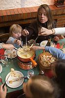 """Europe/France/Rhone-Alpes/74/Haute-Savoie/Megève: Maman et enfants mangent une fondue  savoyarde au restaurant """"le Chamois"""" -  Mention Megève Obligatoire / [Non destiné à un usage publicitaire - Not intended for an advertising use]"""