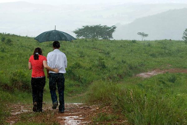 Tiradentes_MG, Brasil...Casal andando na chuva em uma paisagem rural...The couple walking under rain in the rural landscape...FOTO: BRUNO MAGALHAES /  NITRO