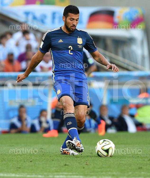 FUSSBALL WM 2014                FINALE Deutschland - Argentinien     13.07.2014 Ezequiel Garay (Argentinien) am Ball