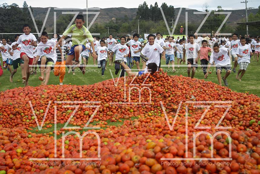 """SUTAMARCHÁN -COLOMBIA. 02-06-2013.  Sutamarchán, Boyacá, celebró la séptima versión de """"La Gran Tomatina Colombiana"""" en donde se utilizaron alrededor de 18.000 kilos de tomates no aptos apra consumo humano para que los participantes se divirtieran. Este evento se realiza en honor al principal producto de la región: el tomate./ Sutamarchan, Boyaca, celebrated the seventh verion of """"La Gran Tomatina Colombiana"""" . There were used more than 18.000 kg of tomatoes unfit for human consumption. This event is realized in honor of the main product of the region: The tomatoe.     Photo: VizzorImage / Str"""
