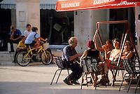 Europe/Croatie/Dalmatie/Split: A la terrasse d'un café du vilalge