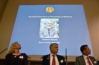 """STO102 ESTOCOLMO (SUECIA), 03/10/2016.- Una foto del investigador japonés Yoshinori Ohsumi, proyectada sobre una pantalla durante el acto en el que se ha dado a conocer que ha sido galardonado con el Nobel de Medicina 2016, en Estocolmo, Suecia, hoy, lunes 3 de octubre de 2016. Ohsumi fue galardonado hoy con el premio Nobel de Medicina 2016 por el descubrimiento de los mecanismos de la """"autofagia"""", procedimiento para degradar y reciclar componentes celulares, anunció hoy el Instituto Karolinska de Estocolmo. EFE/Stina Stjernkvist / PROHIBIDO SU USO EN SUECIA"""