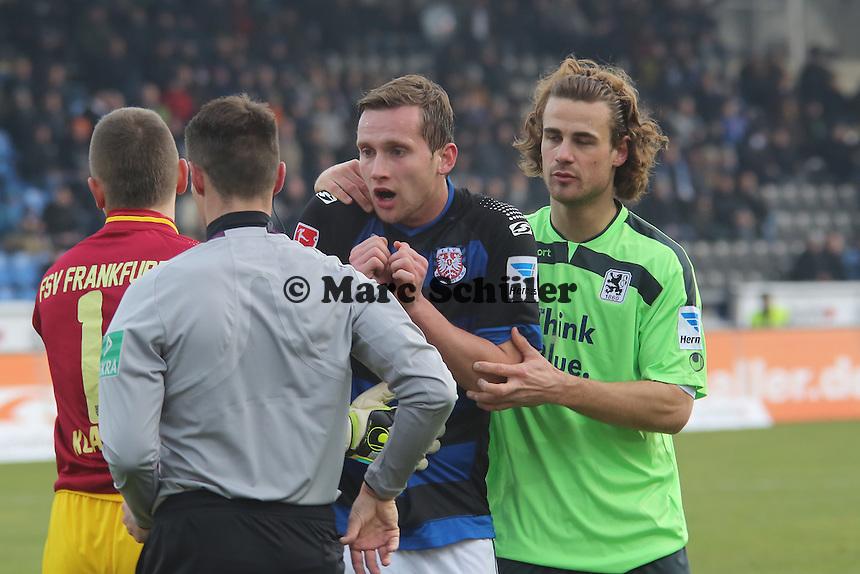 Schiedsrichter Robert Kempter zeigt Gelb-Rot für Manuel Konrad und dieser regt sich auf, Yannick Stark trennt - FSV Frankfurt vs. TSV 1860 München Frankfurter Volksbank Stadion