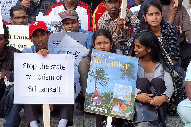 Mehrere tausend Tamilen demonstrierten am 18. September 2006 vor dem Brandenburger Tor in Berlin gegen den Krieg auf Sri Lanka und das EU-Verbot der sog. &quot;Tamil Tigers&quot; (LTTE). Aufgerufen hatte das Tamil Coordinating Commitee (TCC) welches den verbotenen &quot;Tamil Tigers&quot; (LTTE) nahe steht.<br /> 18.9.2006, Berlin<br /> Copyright: Christian-Ditsch.de<br /> [Inhaltsveraendernde Manipulation des Fotos nur nach ausdruecklicher Genehmigung des Fotografen. Vereinbarungen ueber Abtretung von Persoenlichkeitsrechten/Model Release der abgebildeten Person/Personen liegen nicht vor. NO MODEL RELEASE! Nur fuer Redaktionelle Zwecke. Don't publish without copyright Christian-Ditsch.de, Veroeffentlichung nur mit Fotografennennung, sowie gegen Honorar, MwSt. und Beleg. Konto: I N G - D i B a, IBAN DE58500105175400192269, BIC INGDDEFFXXX, Kontakt: post@christian-ditsch.de<br /> Bei der Bearbeitung der Dateiinformationen darf die Urheberkennzeichnung in den EXIF- und  IPTC-Daten nicht entfernt werden, diese sind in digitalen Medien nach &sect;95c UrhG rechtlich geschuetzt. Der Urhebervermerk wird gemaess &sect;13 UrhG verlangt.]