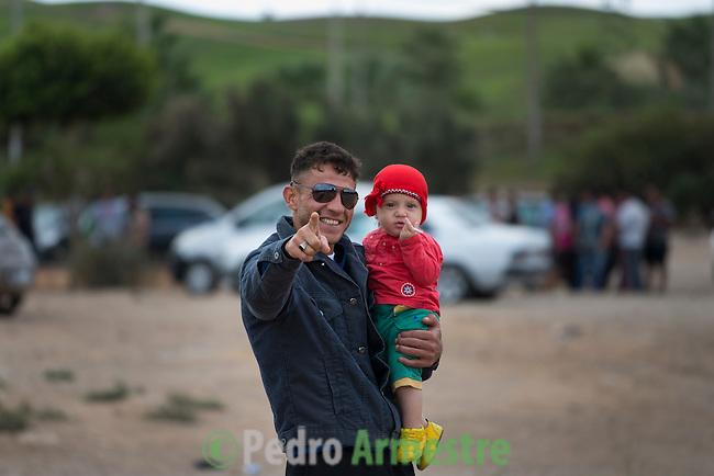 15 septiembre 2015. Melilla. Espa&ntilde;a<br /> Nassam Hassen es un ciudadano sirio que ha pasado 20 d&iacute;as separado de su mujer, Baliya, y de su hija, Galia, de 1 a&ntilde;o, porque estas dos &uacute;ltimas consiguieron pasar el puesto fronterizo de  Beni Enzar, que separa Marruecos de Melilla, y &eacute;l no. Despu&eacute;s de tres semanas en Nador (Marruecos) Nassam ha logrado cruzar finalmente la frontera y reunirse con su familia. La ONG Save the Children exige al Gobierno espa&ntilde;ol que tome un papel activo en la crisis de refugiados y facilite el acceso de estas familias a trav&eacute;s de la expedici&oacute;n de visados humanitarios en el consulado espa&ntilde;ol de Nador. Save the Children ha comprobado adem&aacute;s c&oacute;mo muchas de estas familias se han visto forzadas a separarse porque, en el momento del cierre de la frontera, unos miembros se han quedado en un lado o en el otro. Para poder cruzar el control, las mafias se aprovechan de la desesperaci&oacute;n de los sirios y les ofrecen pasaportes marroqu&iacute;es al precio de 1.000 euros. Diversas familias han explicado a Save the Children c&oacute;mo est&aacute;n endeudadas y han tenido que elegir qui&eacute;n pasa primero de sus miembros a Melilla, dejando a otros en Nador. <br /> &copy; Save the Children Handout/PEDRO ARMESTRE - No ventas -No Archivos - Uso editorial solamente - Uso libre solamente para 14 d&iacute;as despu&eacute;s de liberaci&oacute;n. Foto proporcionada por SAVE THE CHILDREN, uso solamente para ilustrar noticias o comentarios sobre los hechos o eventos representados en esta imagen.<br /> Save the Children Handout/ PEDRO ARMESTRE - No sales - No Archives - Editorial Use Only - Free use only for 14 days after release. Photo provided by SAVE THE CHILDREN, distributed handout photo to be used only to illustrate news reporting or commentary on the facts or events depicted in this image.