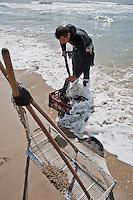 Europe/France/Provence-Alpes-Côte d'Azur/13/Bouches-du-Rhône/Env d'Arles/Salins-de-Giraud: Grégoire Eydoux pécheur de Tellines trie sa pêche [Autorisation : 2011-119]