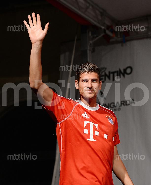 Fussball 1. Bundesliga Saison 2013/2014  Trainingslager des FC Bayern Muenchen 04.07.2013 Mario Gomez bei der FC Bayern Mannschaftspraesentation auf dem historische Piazza 3 Novembre von Riva.
