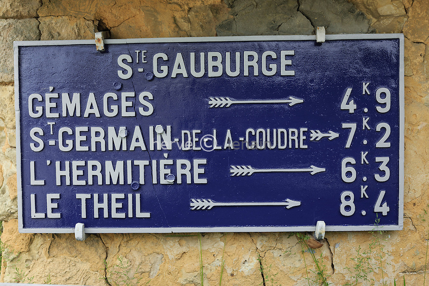 France, Orne (61), Saint-Cyr-la-Rosière, Sainte-Gauburge, ancien panneau routier encore en usage // France, Orne, Saint Cyr la Rosiere, Sainte Gauburge, old road sign still in use