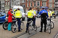 Politie overleg tijdens een demonstratie