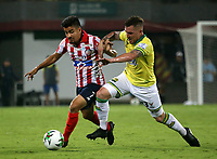 BUCARAMANGA-COLOMBIA, 07-03-2020: Steve Makuka de Atletico Bucaramanga y Sherman Cardenas de Atletico Junior disputan el balon, durante partido entre Atletico Bucaramanga y Atletico Junior, de la fecha 8 por la Liga BetPlay DIMAYOR I 2020, jugado en el estadio Alfonso Lopez de la ciudad de Bucaramanga. / Steve Makuka of Atletico Bucaramanga and Sherman Cardenas of Atletico Junior vie for the ball during a match between Atletico Bucaramanga and Atletico Junior, of the 8th date for the BetPlay DIMAYOR I Legauje 2020 at the Alfonso Lopez stadium in Bucaramanga city. / Photo: VizzorImage / Jaime Moreno / Cont.