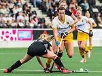 AMSTELVEEN - Hockey - Hoofdklasse competitie dames. AMSTERDAM-DEN BOSCH (3-1) . Frederique Matla (Den Bosch)   met links Kimberly Thompson (A'dam)     COPYRIGHT KOEN SUYK