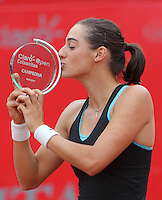 BOGOTA -COLOMBIA - 13-04-2014: Caroline Garcia de Francia, besa el trofeo después de vencer a Jelena Jankovic de Serbia en partido por la final de la Copa Open Claro Colsanitas 2014, durante partido en el Club Campestre El rancho de la ciudad de Bogota.  / Caroline Garcia of France kiss the trophy after the victory against Jelena Jankovic in the final match of the Open Claro Colsanitas Tennis Cup 2014, in the Club Campestre El Rancho in Bogota cityPhoto: VizzorImage / Nestor Silva / Cont.