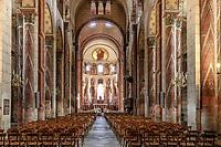 France, Puy de Dome, Issoire, Saint Austremoine abbatial church dated 12th century, the nave // France, Puy-de-Dôme (63), Issoire, abbatiale romane Saint-Austremoine du XIIe siècle, nef centrale