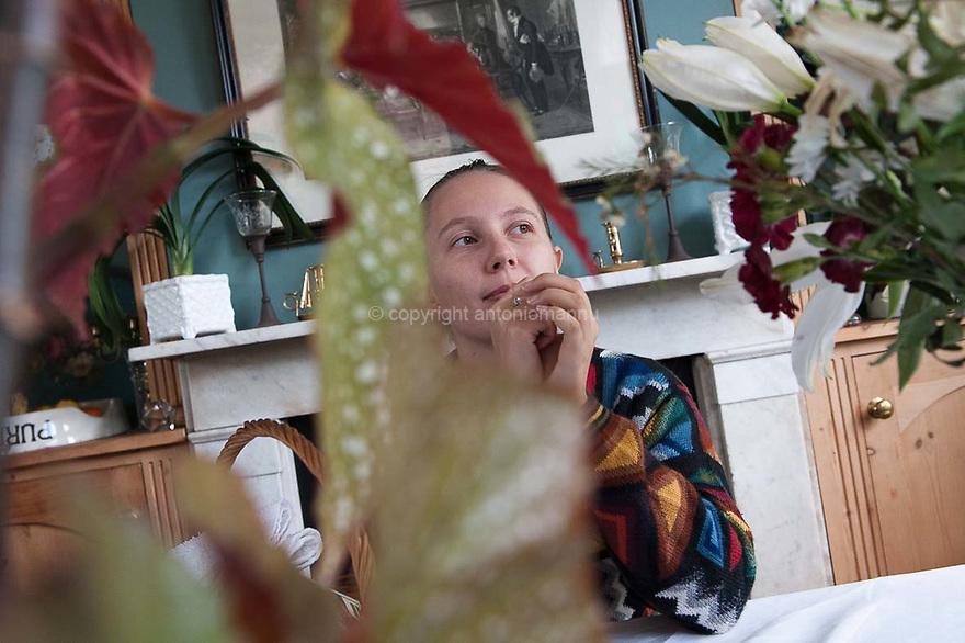 Chenàbura 6 de abrile de su 2012 Wivenhoe – Essex (Regnu Unidu) <br /> Tao Mannu,  est nàschida in Vasa ( Finlàndia)  e pesada in Sardigna, in Tàtari. Como istat in Londra e traballat in su Victoria & Albert Museum. S'est laureada in  Istòria de s'Arte in sa Essex University, in Colchester. Inoghe est retratada in Wivenhoe, una bidda minore a pagu tretu dae Colchester, cando istudiaiat in s'universidade. <br /> <br /> Venerdì 6 aprile 2012 Wivenhoe – Essex (Regno Unito) <br /> Tao Mannu è nata a Vasa, in Finlandia, ed è cresciuta in Sardegna, a Sassari. Oggi vive a Londra e lavora al Victoria & Albert Museum. Si è laureata in Storia dell'Arte a Colchester, presso la Essex University. Qui è ritratta a  Wivenhoe, un piccolo centro nei pressi di Colchester, durante il periodo degli studi universitari. <br /> <br /> Friday 6th April  2012  Wivenhoe – Essex (United Kingdom) <br /> Tao Mannu was born in Vasa, Finland, and she grew up in Sassari, Sardinia. Now she lives in London and works at the Victoria & Albert Museum. She graduated in Arts History in Colchester, at Essex University. Here she is portrayed in Wivenhoe, a small town near Colchester, during her university years.