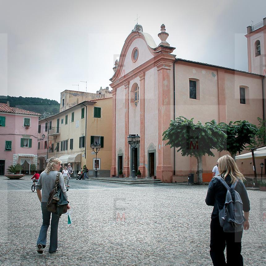 Turisti a Marciana Marina, antico borgo sull'Isola  d'Elba..Tourist in Marciana Marina, ancient village on Elba Island
