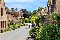 France, Cher (18), Apremont-sur-Allier, labellisé Plus Beaux Villages de France, la rue principale du vilage