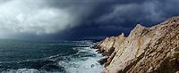 Europe/France/Bretagne/29/Finistère/Pointe du Raz: Côte rocheuse sous un ciel d'orage