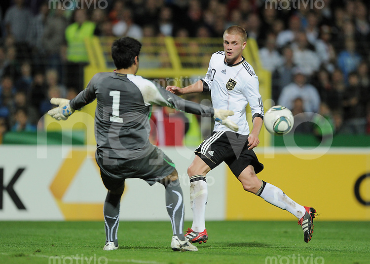 FUSSBALL INTERNATIONAL Laenderspiel U 20   05.10.2011 Deutschland - Italien Florian Trinks (Deutschland) gegen  Torwart Alessandro Iacobucci (li, Italien)
