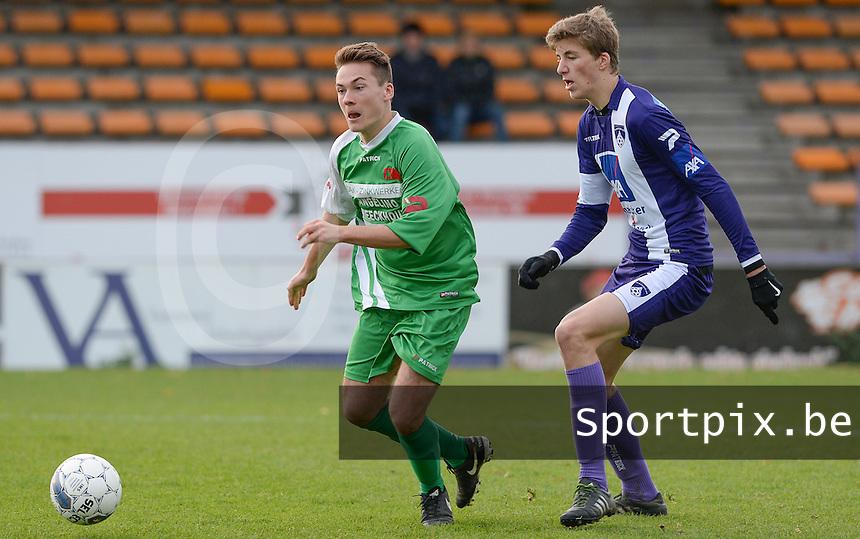 SV Wevelgem City B - Groene Duivels Ingooigem : Arne Segaert (links) in duel met Thijs Doubbel (r)<br /> Foto David Catry | VDB | Bart Vandenbroucke