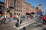 Amsterdam, 30 april 2011.Koninginnedag op en rond Amsterdam Centraal Station; 'gewone' reiziger strandt tussen de troep op het stationsplein. Geen taxi, geen tram..Foto Felix Kalkman