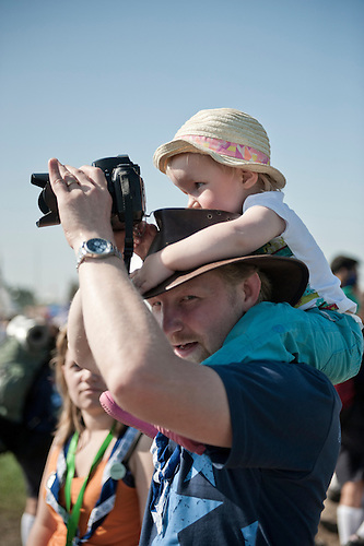 This father is teaching his daughter how to properly frame the picture. She will grow up being an excellent photographer. But more than that, she will be a scout. Photo: Eric Hampusgård/Scouterna