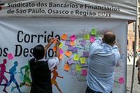 SÃO PAULO, SP, 15.12.2014 - SINDICATO DOS BANCÁRIOS DIVULGA A ÁRVORE DOS DESEJOS - O Sindicato dos Bancários promove a árvore dos desejos, onde populares podem escrever seus desejos para 2015 e colar no baner do evento, na Praça do Patriarca, na manhã desta segunda - feira (15), em São Paulo. (Foto: Taba Benedicto/ Brazil Photo Press)
