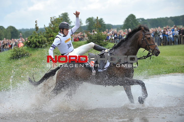 01.06.14, Luhmuehlen, GER, Reiten, Vielseitigkeitspruefung CCI 4*,  im Bild Christopher Burton (AUS) auf Tempranillo stuerzt am Jeep-Komplex// <br /> Foto &copy; nordphoto/ Witke *** Local Caption ***