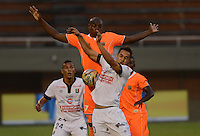 ENVIGADO -COLOMBIA-09-04-2015. Yilmar Angulo (Izq) de Envigado FC disputa el balón con Jonathan Alvarez (Der) de Once Caldas durante partido por la fecha 14 de la Liga Águila I 2015 realizado en el Polideportivo Sur de la ciudad de Envigado./ Yilmar Angulo (L) of Envigado FC fights for the ball with Jonathan Alvarez (R) of Once Caldas during match for the 14th date of the Aguila League I 2015 at Polideportivo Sur in Envigado city.  Photo: VizzorImage/León Monsalve/STR