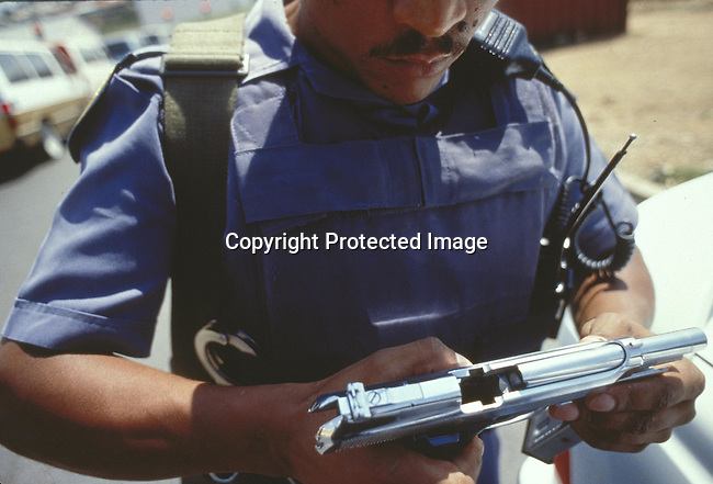 PSPOLIC27064.Police. Johannesburg. Member of the Flying Squad displaying his weapon. Policeman, gun, bulletproof jacket. .©Per-Anders Pettersson /iAfrika photos