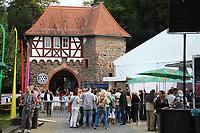"""Gross-Gerau 24.08.2017: Volk im Schloss<br /> Lange Schlange am Zelt beim Auftritt von Badesalz mit dem Stück """"Dö Chefs""""<br /> Foto: Vollformat/Marc Schüler, Schäfergasse 5, 65428 R'heim, Fon 0151/11654988, Bankverbindung KSKGG BLZ. 50852553 , KTO. 16003352. Alle Honorare zzgl. 7% MwSt."""