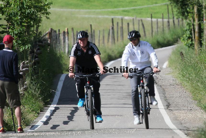 Trainer kommen mit dem Fahrrad zum Training - Training der Deutschen Nationalmannschaft  zur WM-Vorbereitung in St. Martin