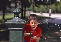- Milano, bambino ad una fontanella pubblica<br /> <br /> - Milan, child at a public fountain