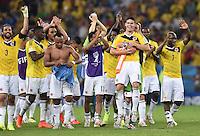 FUSSBALL WM 2014                ACHTELFINALE Kolumbien - Uruguay                  28.06.2014 Die Kolumbianer jubeln mit ihrem Torschuetzen James Rodriguez (Mitte) nach dem Abpfiff
