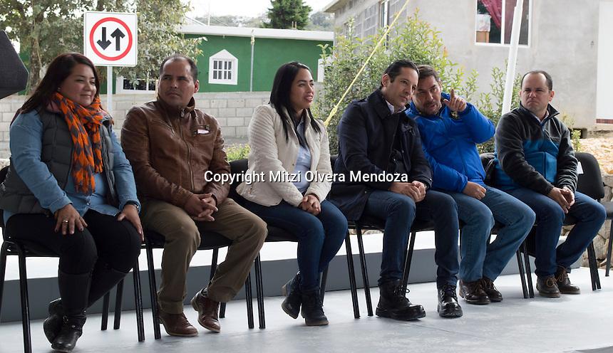 Arroyo Seco, Qro. 30 de enero 2017.- El gobernador del estado de Quer&eacute;taro, Francisco Dom&iacute;nguez Servi&eacute;n encabez&oacute; la entrega de Obra de Construcci&oacute;n del Camino San Juan Buenaventura en la localidad El Quirino del municipio de Arroyo Seco, en donde 601 habitantes fueron beneficiarios con esta infraestructura, la cual, tuvo una inversi&oacute;n aproximada de 12 millones de pesos con una extensi&oacute;n de 1.5 kil&oacute;metros de pavimento de concreto hidr&aacute;ulico con ancho de corona de 6 metros, contando adem&aacute;s de 1500 metros de guarniciones y cunetas, 7 pasos de agua en obras de desalojo pluvial con un ahorro de 100 metros adicionales pra llegar a la zona escolar dentro del Quirino. <br /> <br /> La espera de esta construcci&oacute;n fue de 7 a&ntilde;os con un acceso a 9 comunidades que se tiene en la zona, 3 del municipio de Arroyo Seco y 6 del municipio de Jalpan de Serra, proporcionandole a la comunidad una mejor facilidad de traslado, para que de esta manera no volviera a sucitarse la problem&aacute;tica que se tiene con el clima por el mal estado del subsuelo. Todo esto adicionando el promedio de lluvias semestrales al a&ntilde;o, las inclemencias del clima hacia perjudicar el traslado que se hacia a los planteles educativos en la comunidad. <br /> <br /> Al evento asistieron Arq. Fernando Gonz&aacute;lez Salinas, Coordinador General de la Comisi&oacute;n Estatal de Infraestructura; Lic. Diony Loredo Su&aacute;rez, Presidenta Municipal de Arroyo Seco, entre otros.
