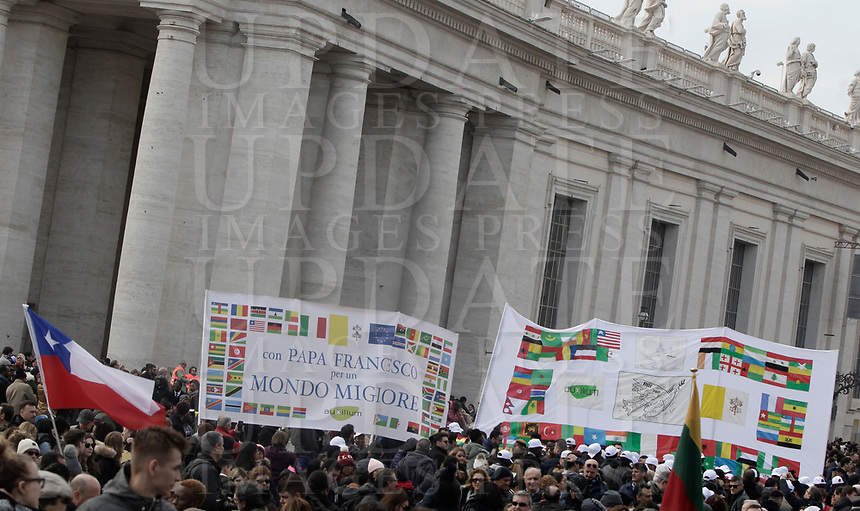 Fedeli attendono la preghiera dell'Angelus di mezzogiorno di Papa Francesco in piazza San Pietro, Citt&agrave; del Vaticano, 14 gennaio 2018.<br /> Faithfull wait Pope Francis to recite the Sunday Angelus noon prayer from the window of his studio overlooking St. Peter's Square, at the Vatican, on on January 14, 2018.<br /> UPDATE IMAGES PRESS/Isabella Bonotto<br /> <br /> STRICTLY ONLY FOR EDITORIAL USE