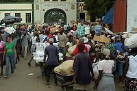 Nacionales Haitianos crusan la puerta de  la frontera y el rio masacre por la ciudad de Dajabon como muestra de la Presencia Haitiana en la Republica Dominicana..Lugar:Provincia Dajabon, RD.Foto:Cesar de la Cruz.Fecha:.