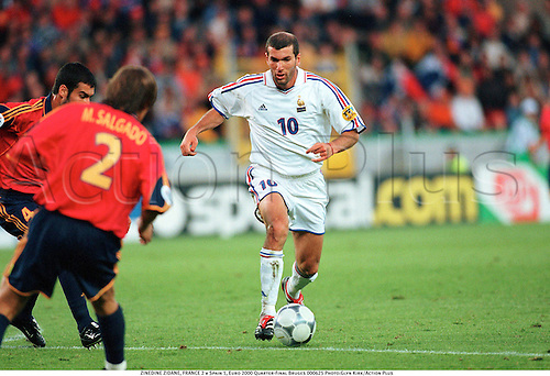 ZINEDINE ZIDANE, FRANCE 2 v Spain 1, Euro 2000 Quarter-Final Bruges 000625. Photo:Glyn Kirk/Action Plus...2000.Soccer.UEFA.European Football Championships.association.international internationals