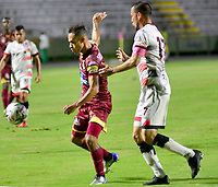 IBAGUÉ- COLOMBIA,19-10-2019:Anderson Plata (Izq.)jugador del Deportes Tolima disputa el balón contra Braynner Garcia (Der.) jugador de Cúcuta Deportivo durante  partido por la fecha 18 de la Liga Águila II 2019 jugado en el estadio Manuel Murillo Toro de la ciudad de Ibagué. /Anderson Plata (L) player of Deportes Tolima fights the ball agaisnt Braynner Garcia (R) player of Cucuta Deportivo during the 18 date  match for  the Liga Aguila II 2019 played at the Manuel Murillo Toro stadium in Ibague city. Photo: VizzorImage / Juan Carlos Escobar  / Contribuidor