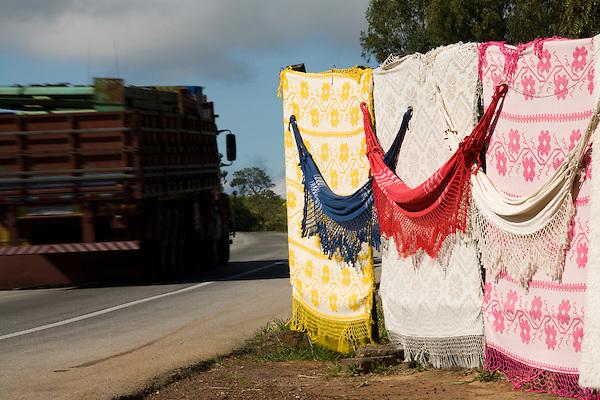 Itatiaiucu_MG, Brasil...Comercio informal de artesanato na rodovia em Itatiaiucu...The informal trade of crafts in the motorway in Itatiaiucu...Foto: LEO DRUMOND / NITRO