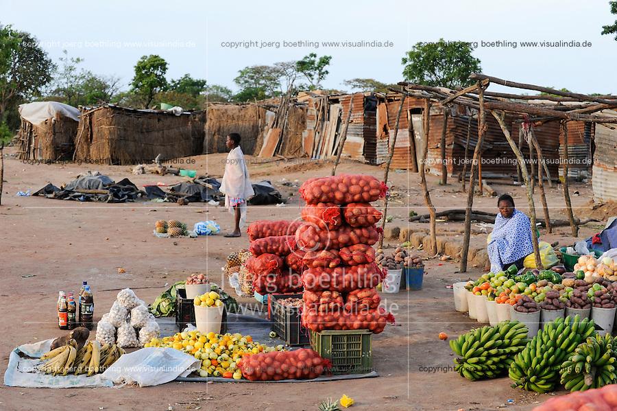 ANGOLA market on the road between to Kibala / ANGOLA Marktfrauen verkaufen landwirtschaftliche Produkte bei Kibala