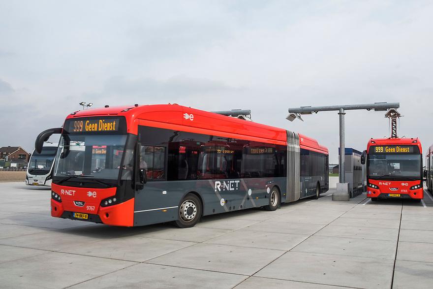 Nederland, Amstelveen, 20180413<br /> Snellaadstation voor electrische bussen van Connexxion. De bussen, die een actieradius van 80 km hebben, worden hier in 20 minuten weer geheel opgeladen. <br /> Behalve een gewoon rempedaal kan de bus ook electrisch remmen en wordt daarmee de accu weer geladen.<br /> Connexxion heeft nu 100 bussen en is daarmee de grootste vervoerder met electrische bussen van Europa. Er komen en binnen een jaar nog 150 bij. <br /> <br /> Foto: (c) Michiel Wijnbergh