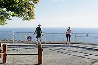 Morgengymnastik auf dem Königstuhl  auf der Insel Rügen, Mecklenburg-Vorpommern, Deutschland