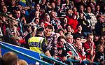 Stockholm 2014-09-11 Ishockey Hockeyallsvenskan AIK - S&ouml;dert&auml;lje SK :  <br /> S&ouml;dert&auml;ljesupporter diskuterar med en polis under matchen <br /> (Foto: Kenta J&ouml;nsson) Nyckelord:  AIK Gnaget Hockeyallsvenskan Allsvenskan Hovet Johanneshovs Isstadion S&ouml;dert&auml;lje SK SSK supporter fans publik supporters polis poliser diskutera argumentera diskussion argumentation argument discuss