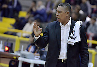BOGOTÁ -COLOMBIA. 16-10-2013. José Tapias técnico de Piratas reacciona durante el encuentro entre Piratas de Bogotá y Bambuqueros de Neiva válido por la fecha 28 de la  Liga DirecTV de Baloncesto 2013-II de Colombia realizado en el coliseo El Salitre de Bogotá./ Jose Tapias coach of Piratas reacts during the match between Piratas de Bogota and Bambuqueros de Neiva valid for the 28th date of DirecTV Basketball League 2013-II in Colombia at El Salitre coliseum in Bogota. Photo: VizzorImage / Gabriel Aponte/ Str