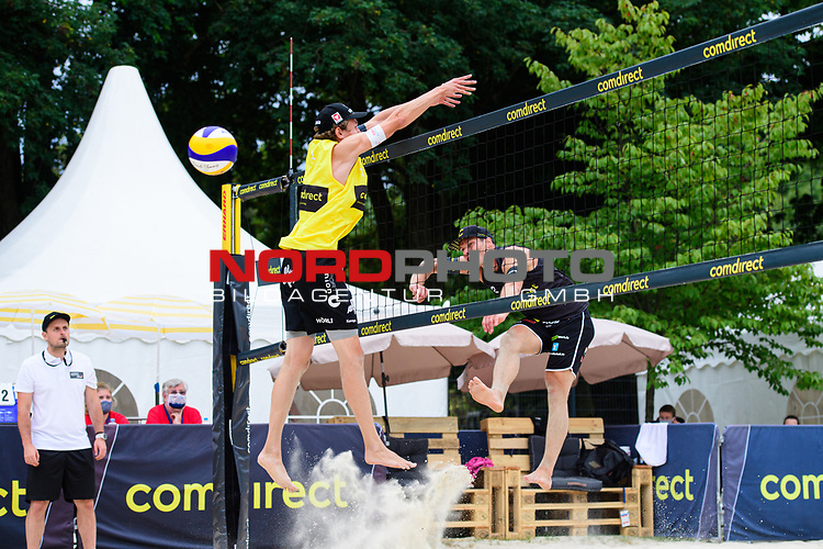 25.07.2020, Düsseldorf / Duesseldorf, Merkur Spiel-Arena<br /> Beachvolleyball, comdirect Beach Tour, Top Teams, Paul Becker / Jonas Schröder / Schroeder vs. Julian Hörl / Hoerl / Sven Winter <br /> <br /> Block Julian Hörl - Angriff Paul Becker <br /> <br />   Foto © nordphoto / Kurth
