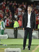 BOGOTÁ - COLOMBIA -29-10-2015: Mauricio Pellegrino técnico de Independiente (ARG) gesticula durante el encuentro de vuelta con Independiente Santa Fe (COL) por cuartos de final, llave S3, de la Copa Sudamericana 2015 jugado en el estadio Nemesio Camacho El Campín de la ciudad de Bogota./ Mauricio Pellegrino coach of Independiente (ARG) gestures during second leg match against Independiente Santa Fe (COL) for the quarter finals, key S3, of the Copa Sudamericana 2015 played at Nemesio Camacho El Campin stadium in Bogota city.  Photo: VizzorImage/ Gabriel Aponte /Staff