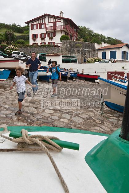 Europe/France/Aquitaine/64/Pyrénées-Atlantiques/Pays-Basque/Guéthary:  Randonnée sur le sentier littoral au Port de Guéthary -Port, fortement incliné pour hisser les baleines [Autorisation : 2011-124]